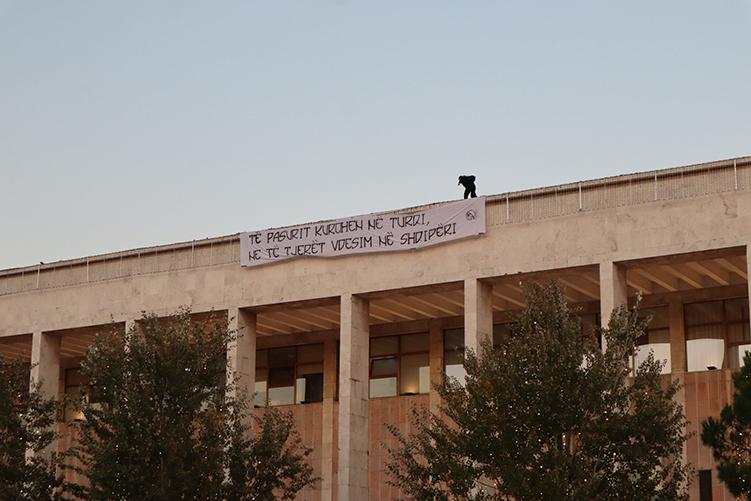 """Κορονοϊος: """"Οι πλούσιοι θεραπεύονται στην Τουρκία, οι άλλοι πεθαίνουμε στην Αλβανία"""""""