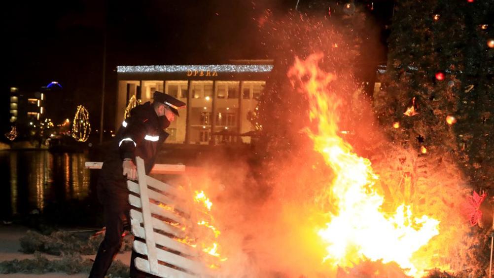 Νύχτα χάους στην Αλβανία: Φωτιές, δακρυγόνα και συγκρούσεις για την δολοφονία 25χρονου από την Αστυνομία
