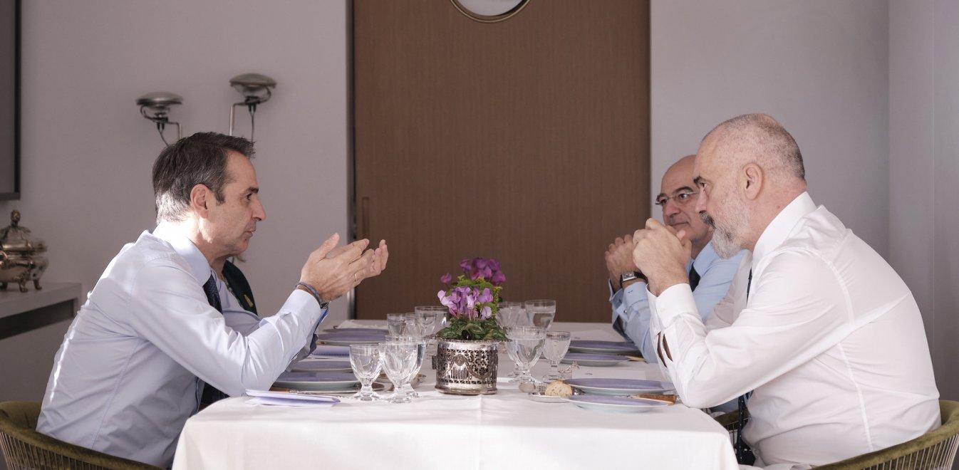 Γεύμα Ράμα – Μητσοτάκη στο σπίτι του Έλληνα πρωθυπουργού