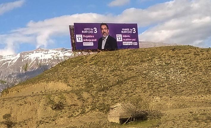 Η διαφημιστική αφίσα του Σ.Κ. Αλβανίας στην Μογγίλα της Δερβιτσάνης προκαλεί τους Βορειοηπειρώτες