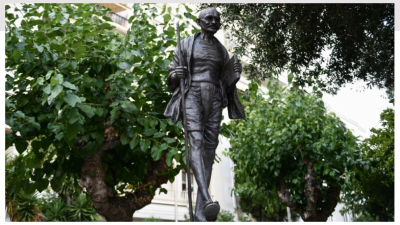 Ανδριάντα του Γκάντι απέκτησε η Αθήνα – Δείτε φωτογραφίες
