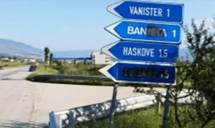Η πινακίδα, γραμμένη και στην ελληνική γλώσσα, είναι δικαίωμα